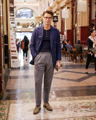 Как и с чем носить: темно-синий шерстяной двубортный пиджак, темно-синий свитер с воротником поло, серые шерстяные классические брюки, светло-коричневые замшевые броги