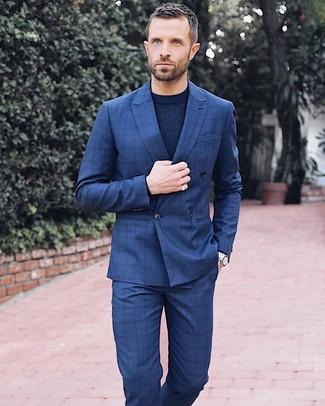 Как и с чем носить: темно-синий двубортный пиджак в клетку, темно-синий свитер с круглым вырезом, темно-синие классические брюки в клетку, серебряные часы