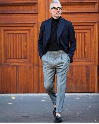 Как и с чем носить: темно-синий двубортный пиджак, черная водолазка, серые шерстяные классические брюки, черные кожаные лоферы с кисточками