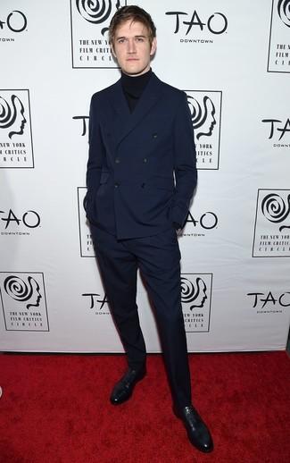 Как и с чем носить: темно-синий двубортный пиджак, черная водолазка, темно-синие классические брюки, черные кожаные оксфорды