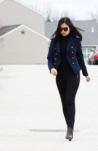 Темно-синий двубортный пиджак и черные узкие брюки — must have вещи в стильном женском гардеробе. Что касается обуви, черные кожаные ботильоны — самый подходящий вариант.