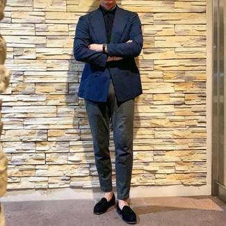 Как и с чем носить: темно-синий двубортный пиджак, черная рубашка с коротким рукавом, темно-серые брюки чинос, черные замшевые лоферы с кисточками