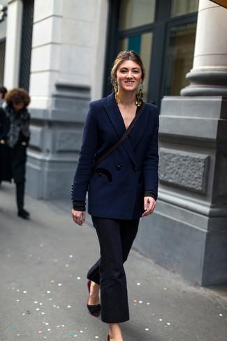 Как и с чем носить: темно-синий двубортный пиджак, черные брюки-клеш, темно-красные замшевые туфли, золотые серьги