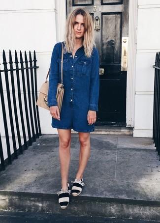 Как и с чем носить: темно-синий джинсовый комбинезон с шортами, бело-черные эспадрильи в горизонтальную полоску, бежевая замшевая сумка-саквояж