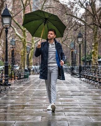 Как и с чем носить: темно-синий дождевик, бело-темно-синий свитер с воротником поло в горизонтальную полоску, серые брюки чинос в клетку, белые низкие кеды