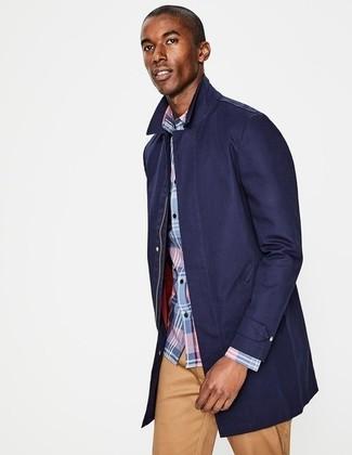 Как и с чем носить: темно-синий дождевик, голубая рубашка с длинным рукавом в шотландскую клетку, светло-коричневые брюки чинос
