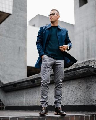 Как и с чем носить: темно-синий дождевик, темно-бирюзовый свитер с круглым вырезом, серые брюки чинос, черные кожаные ботинки броги