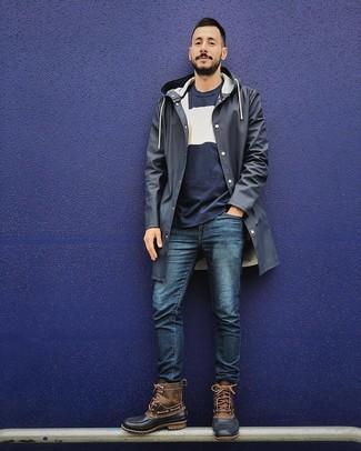 Как и с чем носить: темно-синий дождевик, темно-сине-белый свитер с круглым вырезом, темно-синие джинсы, коричневый зимние ботинки