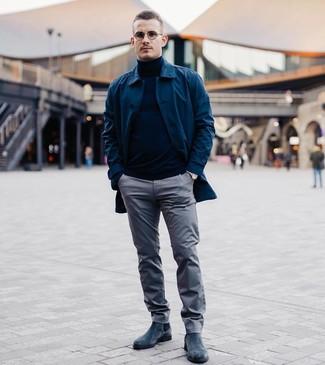 Как и с чем носить: темно-синий дождевик, темно-синяя водолазка, серые брюки чинос, темно-синие замшевые ботинки челси