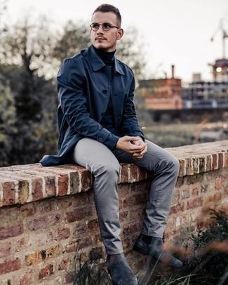 Как и с чем носить: темно-синий дождевик, черная водолазка, серые брюки чинос, темно-серые замшевые ботинки челси