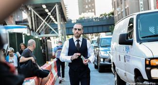 Как и с чем носить: темно-синий жилет в вертикальную полоску, белая классическая рубашка, черные классические брюки, черный галстук в горошек