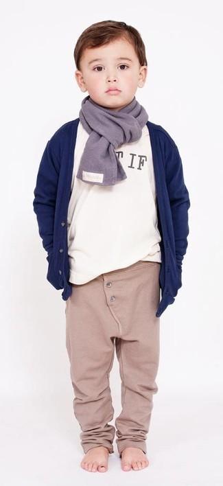 Как и с чем носить: темно-синий кардиган, белая футболка с длинным рукавом, бежевые спортивные штаны, серый шарф