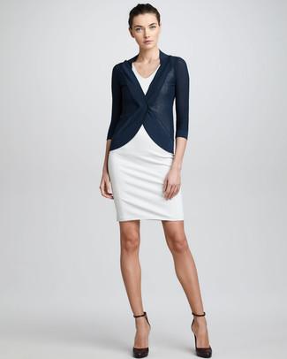 Модный лук: Темно-синий кардиган, Белое платье-футляр, Темно-коричневые кожаные туфли