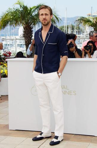 Как Ryan Gosling носит Темно-синий кардиган, Белые классические брюки, Бело-черные кожаные оксфорды, Коричневые кожаные часы