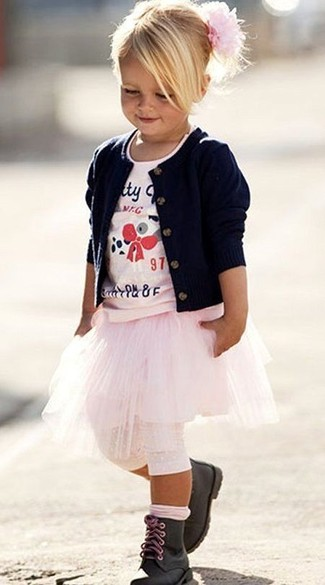 Как и с чем носить: темно-синий кардиган, розовая футболка с принтом, розовая юбка, черные ботинки