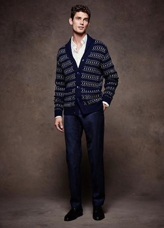 Темно-синий кардиган с отложным воротником с жаккардовым узором: с чем носить и как сочетать мужчине: Комбо из темно-синего кардигана с отложным воротником с жаккардовым узором и темно-синих классических брюк — прекрасный пример строгого делового стиля. В сочетании с этим образом великолепно будут смотреться черные кожаные туфли дерби.