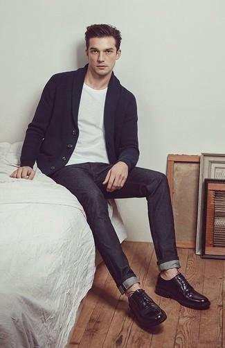 Модные мужские луки 2020 фото: Друзья вне всякого сомнения оценят твое чувство стиля, когда увидят тебя в темно-синем кардигане с отложным воротником и темно-серых джинсах. Не прочь сделать лук немного элегантнее? Тогда в качестве обуви к этому образу, выбирай черные кожаные туфли дерби.