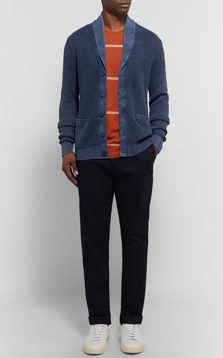 Как и с чем носить: темно-синий кардиган с отложным воротником, оранжевая футболка с круглым вырезом в горизонтальную полоску, черные брюки чинос, белые кожаные низкие кеды