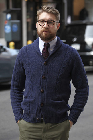 Если ты из той когорты джентльменов, которые любят выглядеть модно, тебе понравится дуэт темно-синего кардигана с отложным воротником и оливковых брюк чинос.