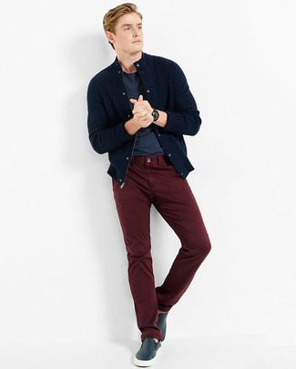 Как и с чем носить: темно-синий вязаный кардиган, темно-синяя футболка с круглым вырезом, темно-красные брюки чинос, темно-синие кожаные слипоны
