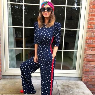 Как и с чем носить: темно-синий комбинезон в горошек, красные замшевые туфли, черные солнцезащитные очки, разноцветный ободок/повязка