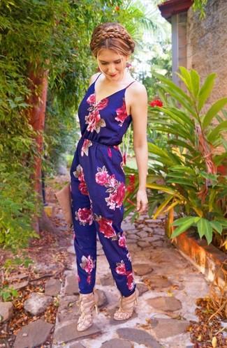 Женские луки: Если ты делаешь ставку на удобство и практичность, темно-синий комбинезон с цветочным принтом — прекрасный выбор для модного повседневного образа. В тандеме с этим нарядом наиболее удачно будут выглядеть бежевые кожаные босоножки на каблуке.