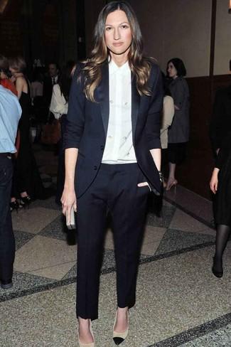 Как и с чем носить: темно-синий костюм, белая шелковая классическая рубашка, бежевые кожаные туфли, серый кожаный клатч