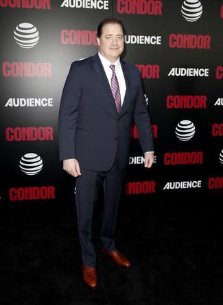 Как и с чем носить: темно-синий костюм, белая классическая рубашка, коричневые кожаные туфли дерби, розовый галстук в вертикальную полоску