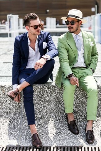 Несмотря на то, что этот лук довольно классический, лук из темно-синего костюма и белой классической рубашки неизменно нравится стильным мужчинам, покоряя при этом сердца прекрасных дам. Почему бы не привнести в этот ансамбль чуточку беззаботства с помощью темно-коричневых кожаных монок с двумя ремешками?