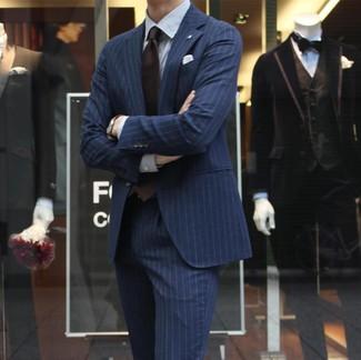 Как и с чем носить: темно-синий костюм в вертикальную полоску, белая классическая рубашка в вертикальную полоску, темно-коричневый галстук, белый нагрудный платок