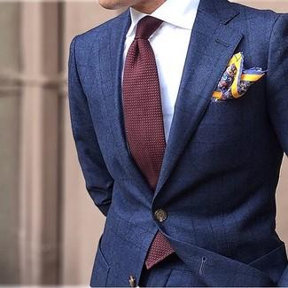 Как и с чем носить: темно-синий костюм в клетку, белая классическая рубашка, темно-красный галстук, желтый нагрудный платок с принтом
