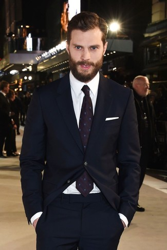 Как Jamie Dornan носит Темно-синий костюм, Белая классическая рубашка, Темно-пурпурный галстук с принтом, Белый нагрудный платок