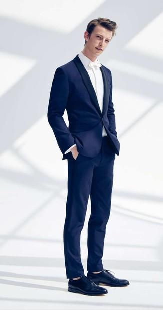Как и с чем носить: темно-синий костюм, белая классическая рубашка, темно-синие кожаные оксфорды, белый галстук-бабочка