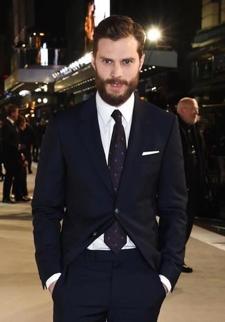 Как Jamie Dornan носит Темно-синий костюм, Белая классическая рубашка, Темно-синий галстук в горошек, Белый нагрудный платок