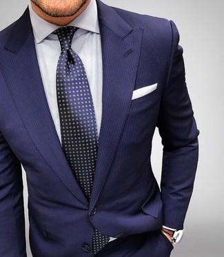 Модный лук: Темно-синий костюм в вертикальную полоску, Белая классическая рубашка в вертикальную полоску, Темно-синий галстук в горошек, Белый нагрудный платок