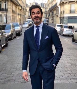 Как и с чем носить: темно-синий костюм, бело-синяя классическая рубашка в вертикальную полоску, темно-синий галстук, голубой нагрудный платок