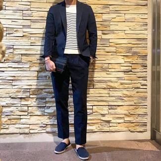 Как и с чем носить: темно-синий костюм, бело-темно-синий свитер с круглым вырезом в горизонтальную полоску, темно-синие слипоны из плотной ткани, темно-синие кожаные часы