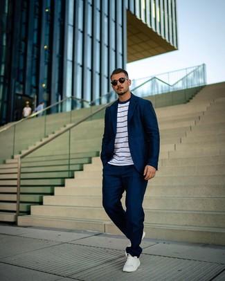 Как и с чем носить: темно-синий костюм, бело-темно-синяя футболка с круглым вырезом в горизонтальную полоску, белые кожаные низкие кеды, черные солнцезащитные очки