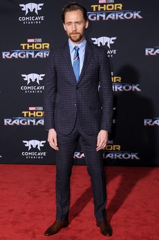 Как и с чем носить: темно-синий костюм в клетку, голубая классическая рубашка, темно-коричневые замшевые ботинки челси, синий галстук
