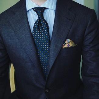 Как и с чем носить: темно-синий костюм, голубая классическая рубашка в вертикальную полоску, темно-синий галстук с принтом, оливковый нагрудный платок с принтом
