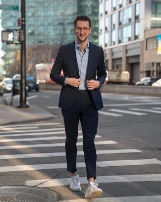 Как и с чем носить: темно-синий костюм, голубая рубашка с длинным рукавом, белые кожаные низкие кеды