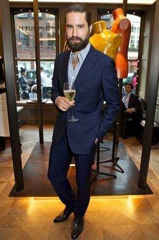 Как Jack Guinness носит Темно-синий костюм, Голубая рубашка с длинным рукавом, Темно-коричневые кожаные оксфорды