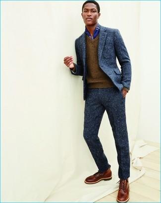 Как и с чем носить: темно-синий шерстяной костюм, коричневый свитер с v-образным вырезом, коричневые кожаные повседневные ботинки, синий шелковый шарф с принтом