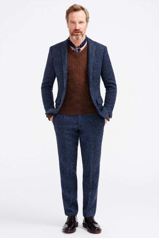 Как и с чем носить: темно-синий шерстяной костюм, коричневый свитер с v-образным вырезом, черные кожаные классические ботинки, темно-синий шелковый шарф с принтом