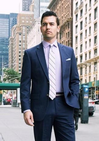 Как и с чем носить: темно-синий костюм, светло-фиолетовая классическая рубашка, светло-фиолетовый галстук в горизонтальную полоску, белый нагрудный платок в горошек