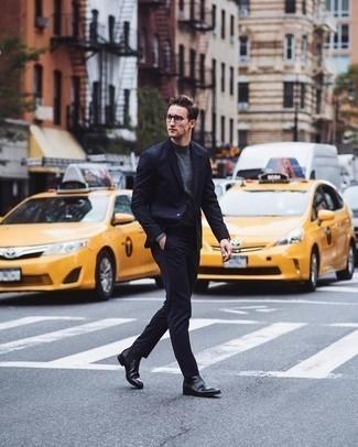Черные кожаные ботинки челси: с чем носить и как сочетать мужчине: Темно-синий костюм и серая водолазка — хороший пример элегантного мужского стиля. В тандеме с этим луком наиболее уместно будут выглядеть черные кожаные ботинки челси.