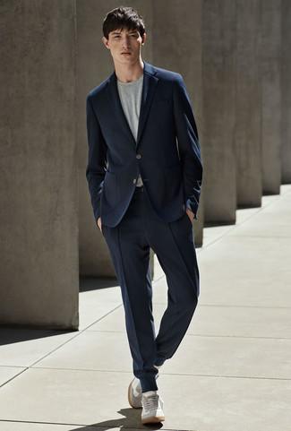Как и с чем носить: темно-синий костюм, серая футболка с круглым вырезом, серые замшевые низкие кеды