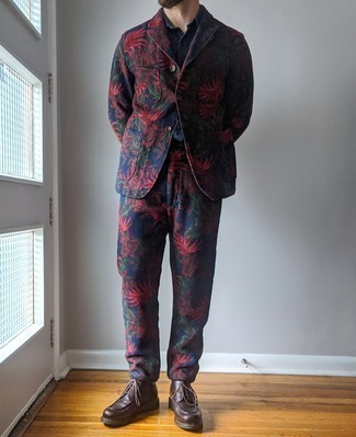 Мужские луки: Несмотря на то, что это классический образ, дуэт темно-синего костюма с принтом и темно-синей классической рубашки является неизменным выбором стильных мужчин, пленяя при этом сердца представительниц прекрасного пола. В тандеме с темно-коричневыми кожаными повседневными ботинками весь образ смотрится очень динамично.