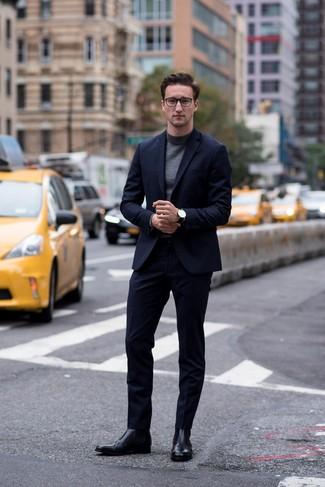 Как и с чем носить: темно-синий костюм, темно-серая водолазка, черные кожаные ботинки челси, черные кожаные часы