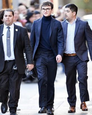 Как Isaac Hempstead Wright носит Темно-синий костюм, Темно-синяя водолазка, Черные кожаные лоферы